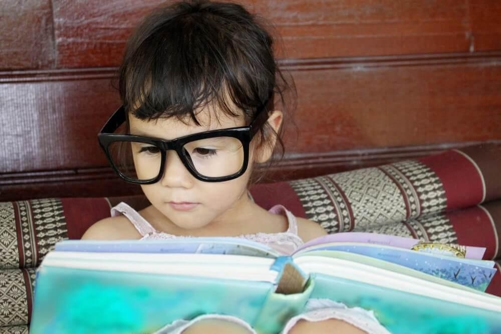 Läsande flicka