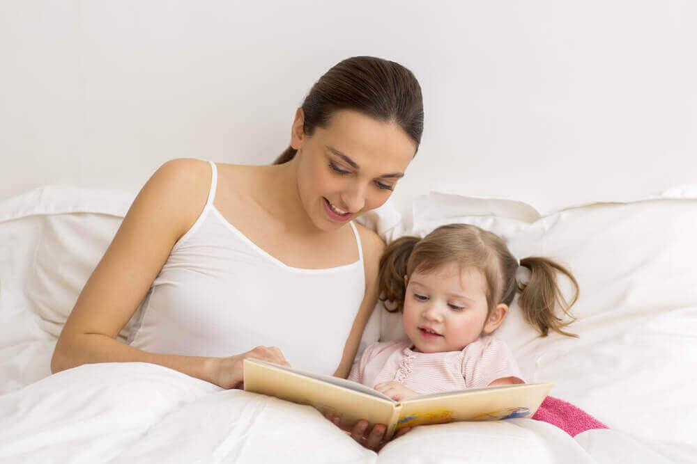 Mamma läser för dotter