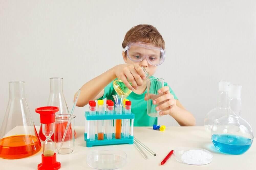 Pojke sysslar med kemi