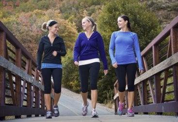 Promenerande kvinnor