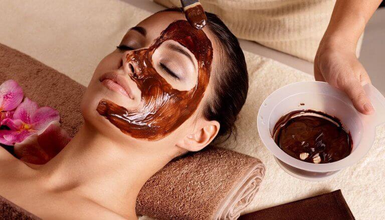 kvinna får ansiktsmask pålagd