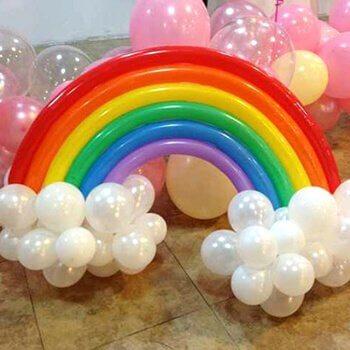 Ballonger i alla regnbågens färger.