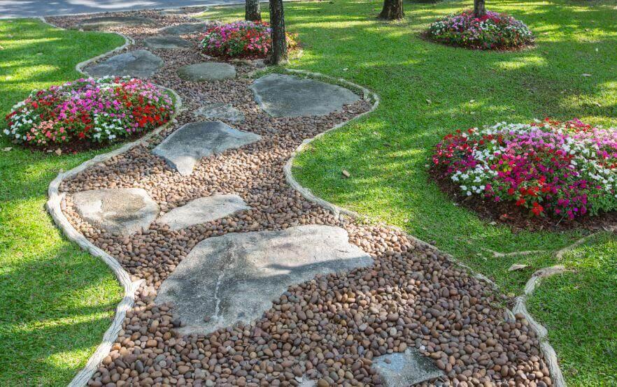 Trädgårdsväg med sten