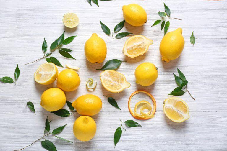 Citroner och blad.