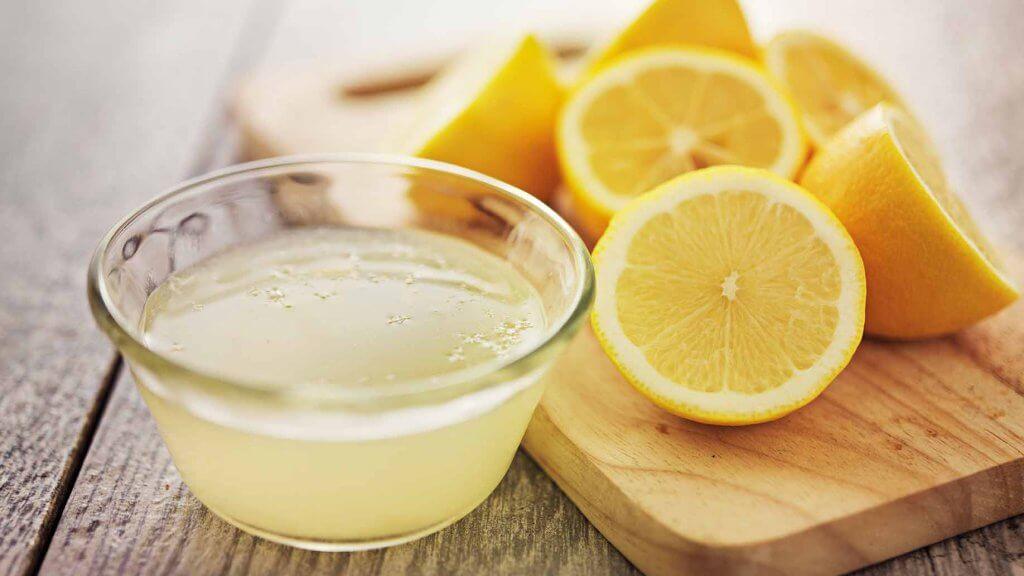 Citronjuice och citronskivor.