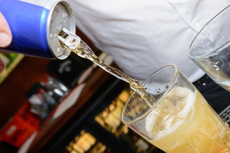Att blanda energidrycker med alkohol är skadligt.