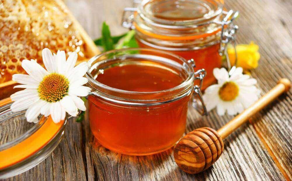Flytande honung i burk.