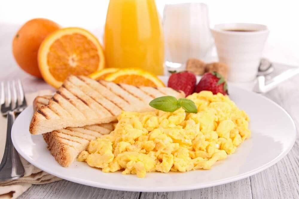Frukost med ägg och bröd.