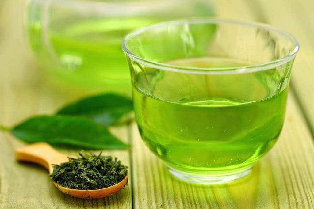 Grönt te och träsked.