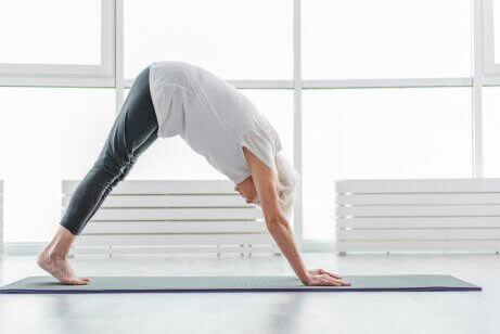 Kvinna som utför yoga.