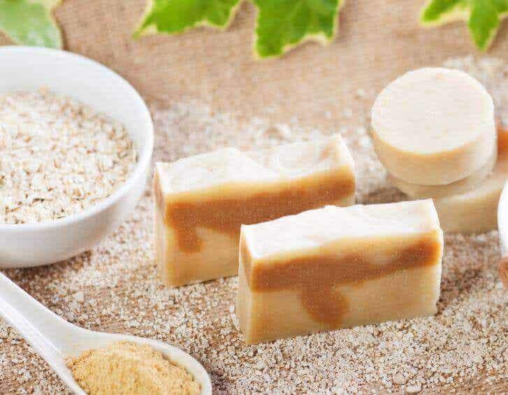 Naturlig tvål med havregryn för att exfoliera huden