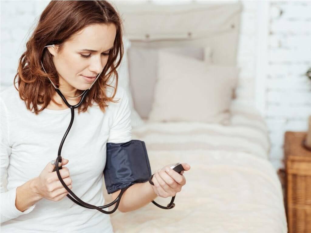 Kvinna som kontrollerar blodtrycket