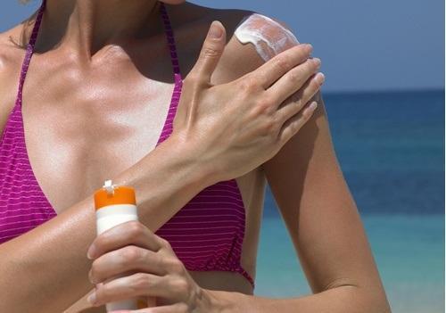 Kvinna som använder solkräm