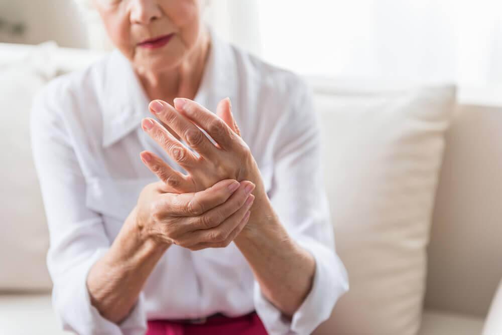 Kvinna med artros