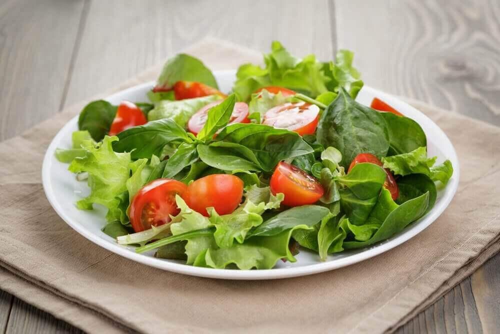 Sallad med tomat - en av många dieter som avgiftar levern