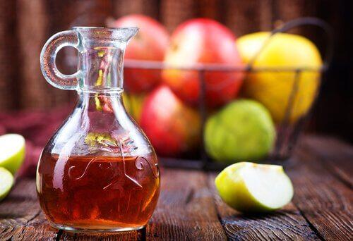 Äppelcidervinäger och äpplen.