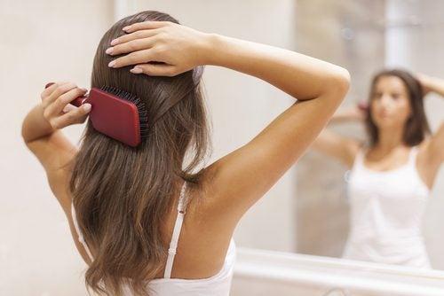 Borsta håret flera gånger om dagen