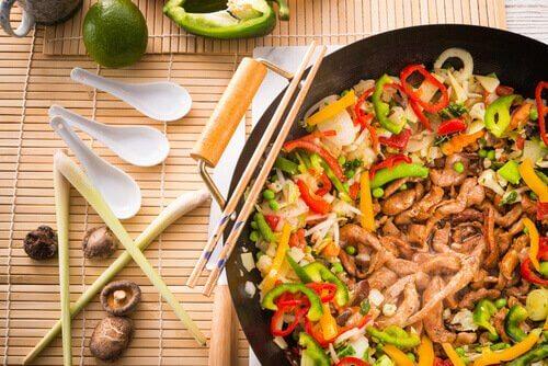 Gryta med grönsaker och kyckling.