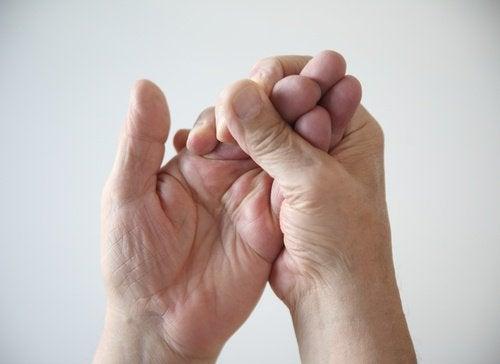 Håller sina händer.