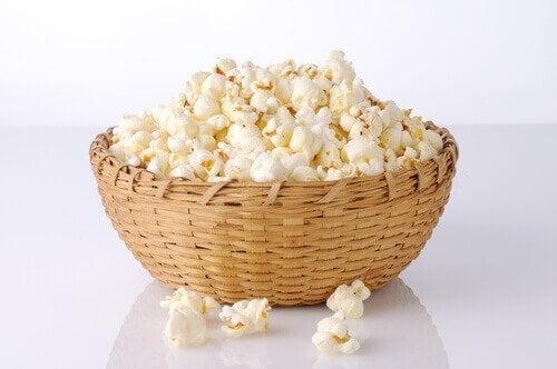 Hemlagade popcorn i träkorg.