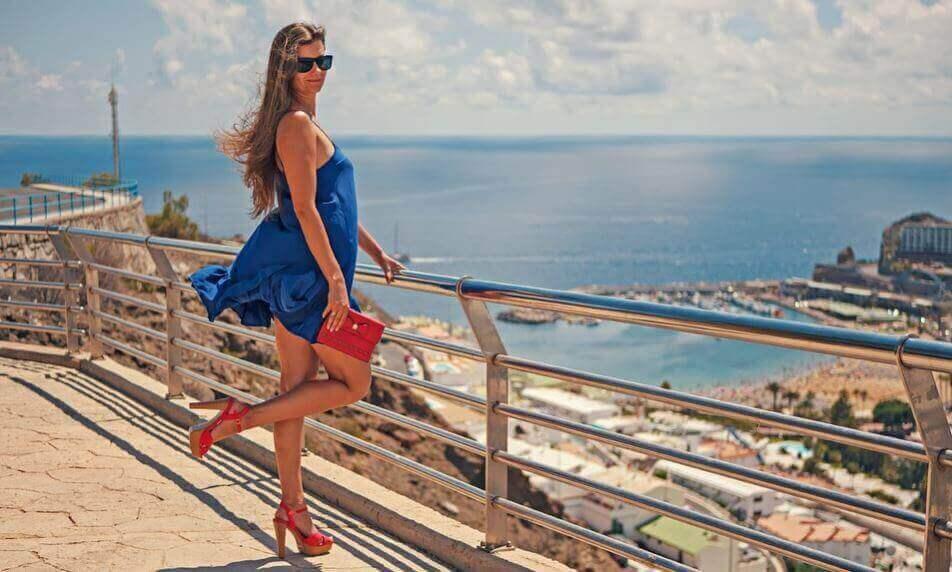 Kvinna i blå klänning.