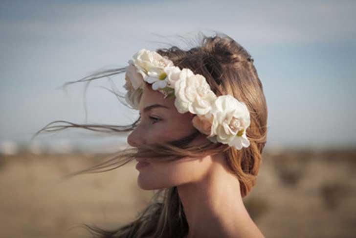 Kvinna med blommor i håret.