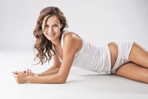 Kvinna med vita underkläder.