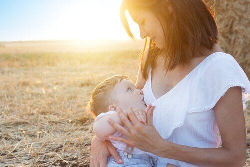 Kvinna som ammar sitt barn.