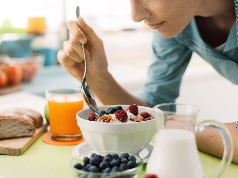 Kvinna som äter frukost.
