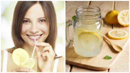 Kvinna som dricker citronjuice.