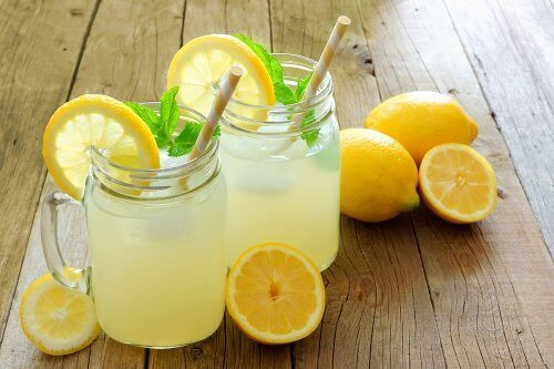 Bidrar vatten med citron och linfrön till viktnedgång?