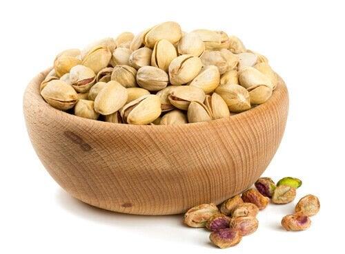 Pistagenötter i träskål.