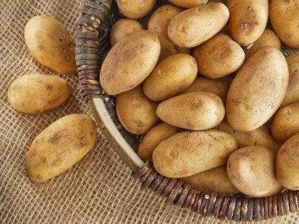 Potatis i träkorg.