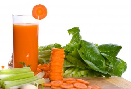 Skivade morötter och morotsjuice.
