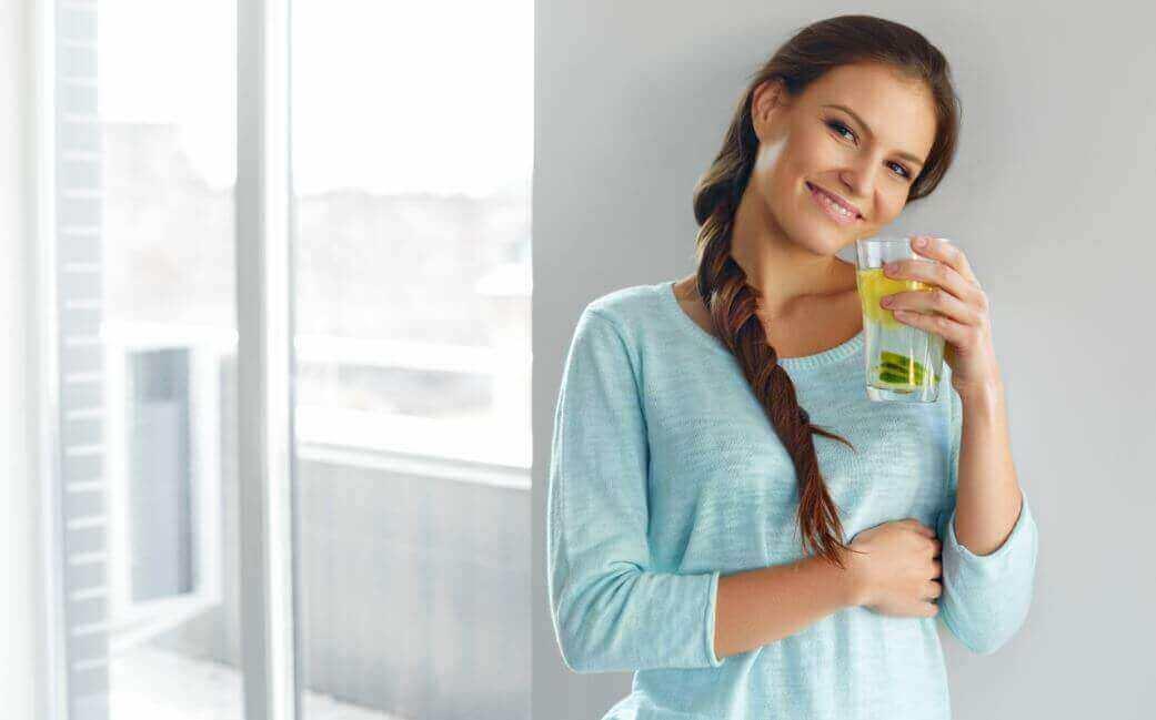 Vatten med citron och linfrön