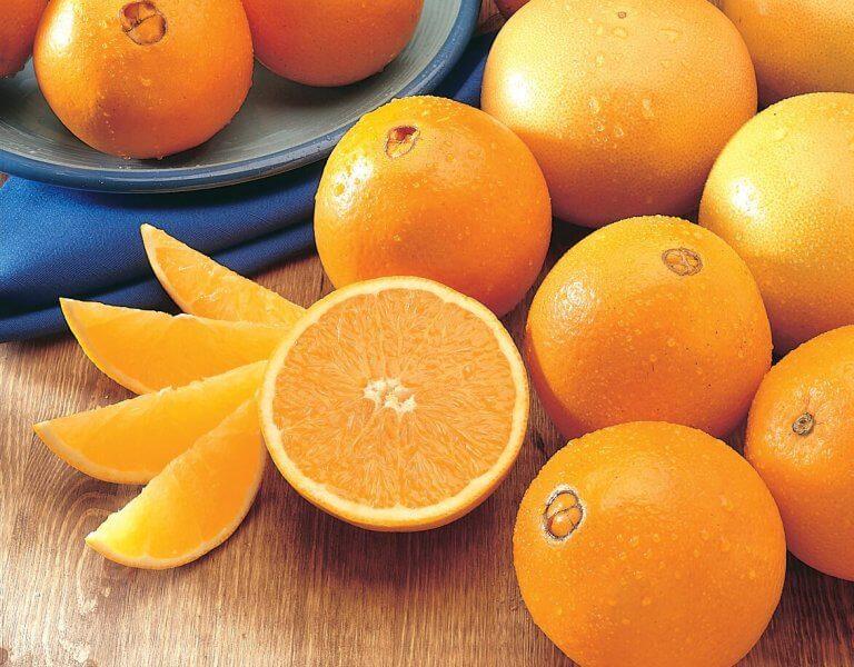 Apelsiner och apelsinskivor.
