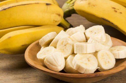 Bananskivor i träskål.