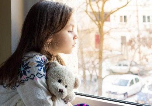 Brist på kärlek får barn att ständigt känna sig ensamma eller övergivna.