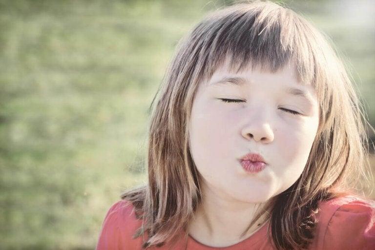Tvinga inte barn att hälsa med pussar och kramar