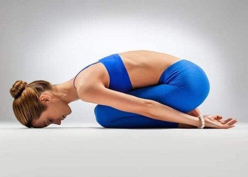 Prova träna yogaför att lindra ryggont