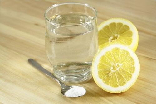 Citron, bikarbonat och vatten.