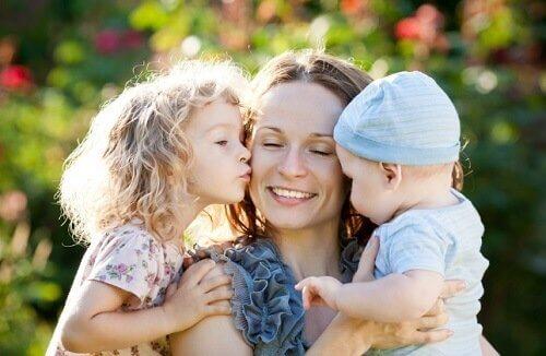 En ensamstående mamma med två små barn