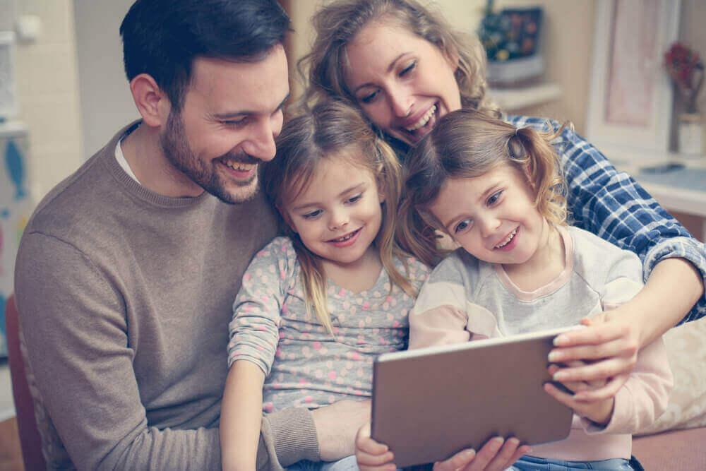 Familj som tittar på en surfplatta