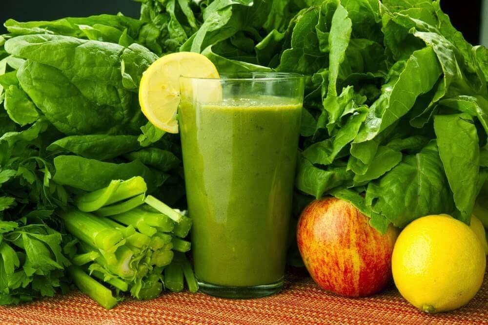 En medicinaldryck med spenat, morötter och citron