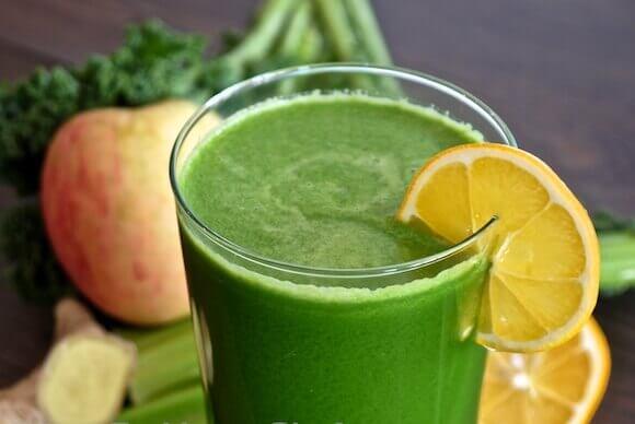 Grön dryck med citronskiva.