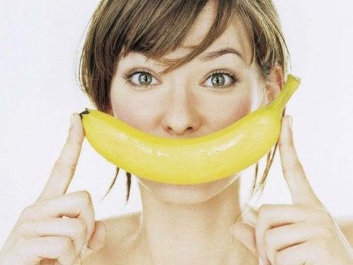 Kvinna med glad banan.