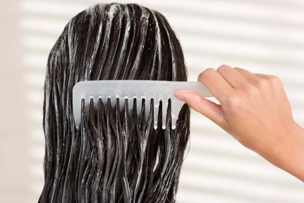 Kvinna som kammar håret.