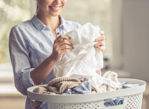 Kvinna som tvättar.