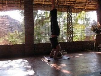 Kvinna som utför yogaövning.