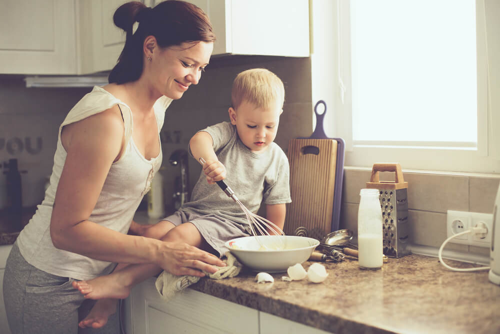 mamma och barn lagar mat